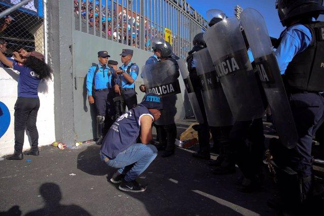 Mueren cuatro personas a causa de una estampida de aficionados en Honduras