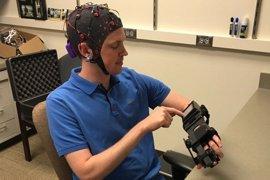 Pacientes con derrame cerebral consiguen mover las manos paralizadas con un dispositivo controlado con la mente