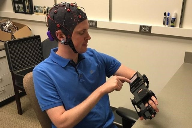 Dispositivos para mover con la mente manos paralizadas