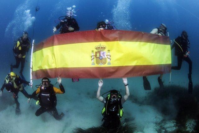 Izado subacuático de la bandera española
