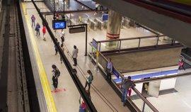 Un joven de 13 años pierde las dos piernas al ser arrollado por el Metro al caerse de los acoples de un tren