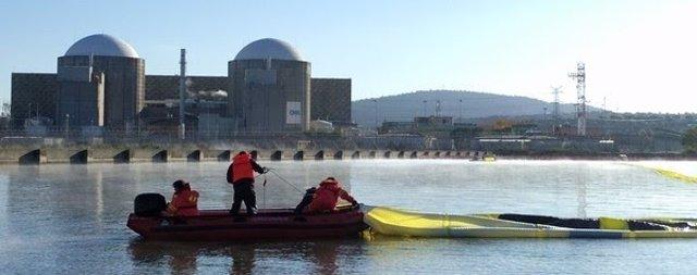 Activistas de Greenpeace piden el cierre de Almaraz