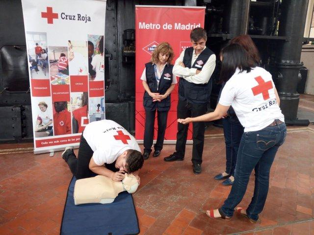 Miembros Cruz Roja enseñan maniobras de reanimación