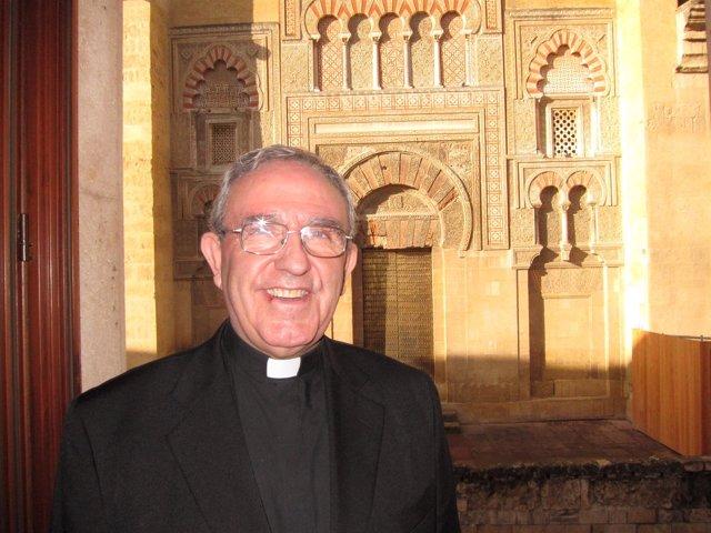 El deán presidente del Cabildo, Manuel Pérez Moya, ante la Mezquita