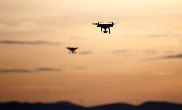 Dos aeronaves sin piloto (drones) volando