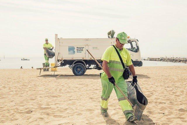 Servicios municipales en las playas de Barcelona