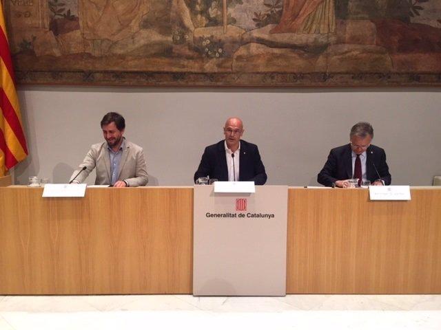 Los consellers Toni Comín y Raül Romeva, y el rector de la UB, Joan Elias