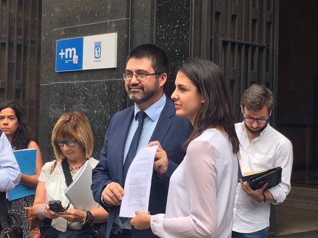 Rita Maestre y Carlos Sánchez Martos con el escrito del recurso