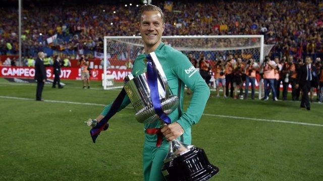 Marc-André ter Stegen con el trofeo de Copa
