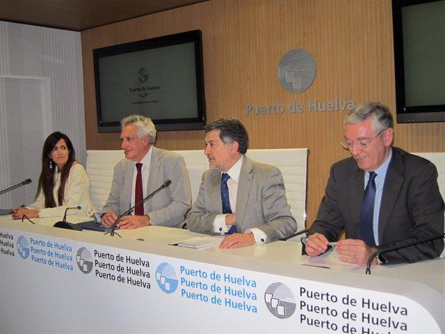 En el centro, el presidente del Puerto, Javier Barrero, junto a Enrique Figueroa