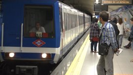 El peligroso juego juvenil de viajar entre los vagones de Metro deja varios muertos y mutilados en las últimas décadas