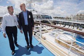 Llega a Sevilla el crucero 'Insignia', con 900 pasajeros, fruto de colaboración de Consistorio y Puerto
