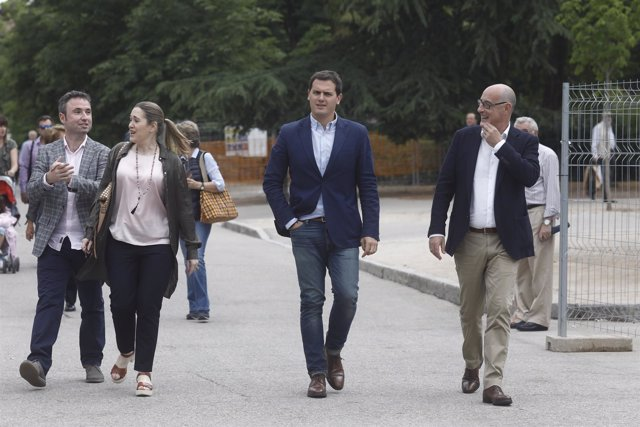 Albert Rivera visita la Feria del Libro junto con Marta Rivera y Félix Álvarez