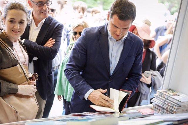 Albert Rivera en la feria del libro de madrid