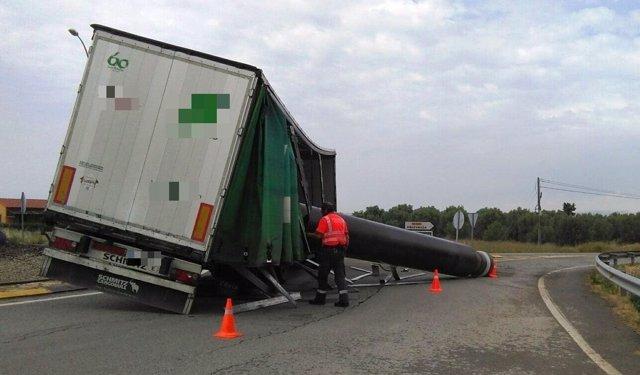 Imagen del camión que se ha salido de la vía en Ribaforada