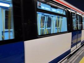 """Denuncian """"vejaciones"""" y """"tocamientos"""" a una maquinista de Metro por un grupo de jóvenes ebrios en la línea 7B"""