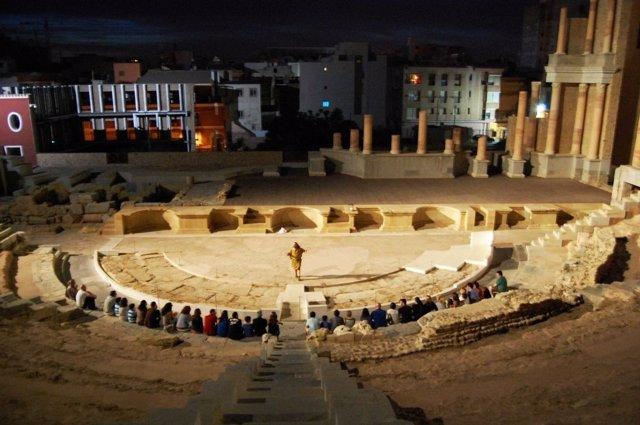 Imagen de una visita teatralizada en el Teatro Romano