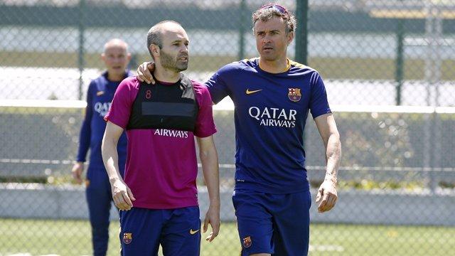 Iniesta junto a Luis Enrique en un entrenamiento