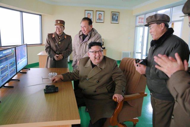 Kim Jong Un supervisa una prueba militar