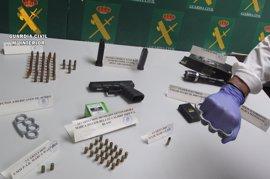 Detenido un varón que tenía una pistola, dos cargadores, cartuchos y armas eléctricas en su casa en Mérida