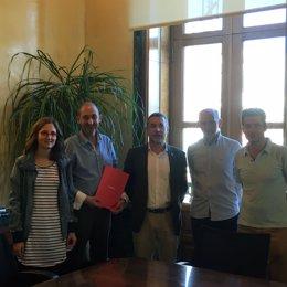 Reunión en la que se firmó el convenio.