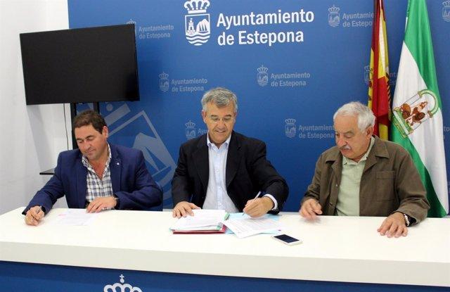 Garcia Urbano firma hospital de Estepona