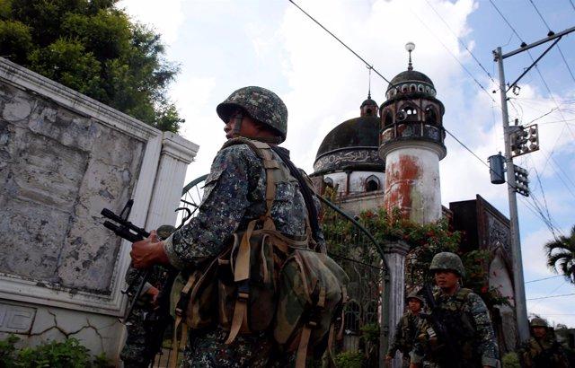 Marines filipinos junto a una mezquita en Marawi