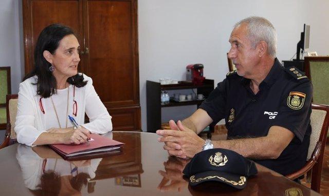La subdelegada del Gobierno, Asunción Grávalos, con comisario Florentino Marín