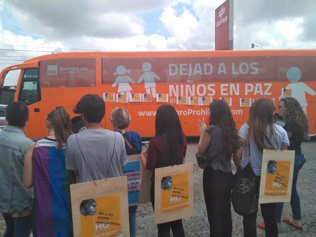 Protesta ante el autobús de 'Hazte oir' al intentar entrar en Logroño