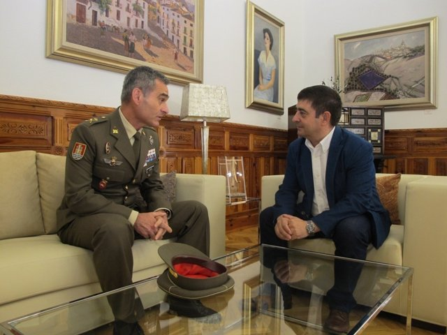 Francisco Reyes (d) recibe al general Aroldo Lázaro.