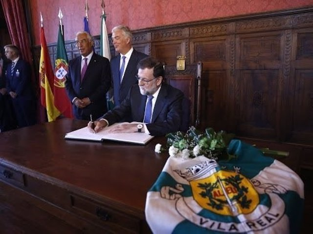 Rajoy firma en el Libro de Honor de Vila Real, Portugal