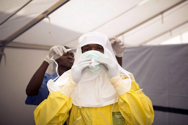 Imagen de archivo de dos sanitarios en el último brote de ébola en Sierra Leona
