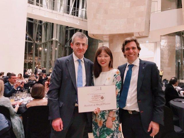 Antonio Bazán, Dajie Zhou y la Dra. Zhou y Javier Castro, con el galardón.
