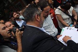 Pablo Iglesias, salpicado por un 'huevazo' al acercarse a la protesta de taxistas