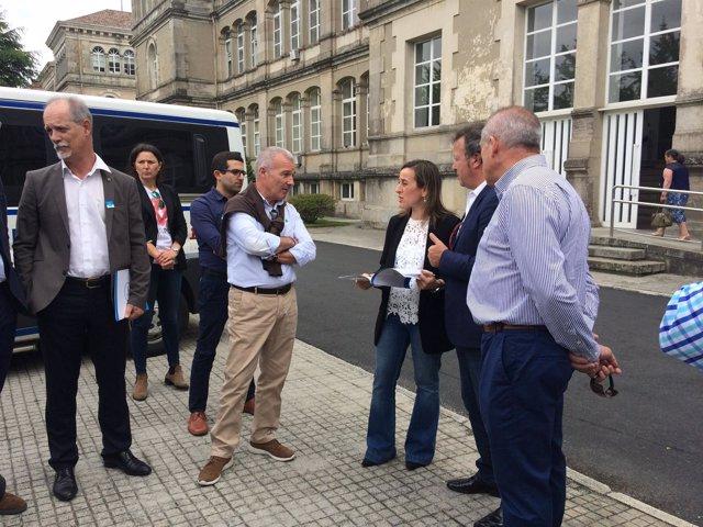 Ethel Vázquez con representantes del sector del taxi en la Xunta