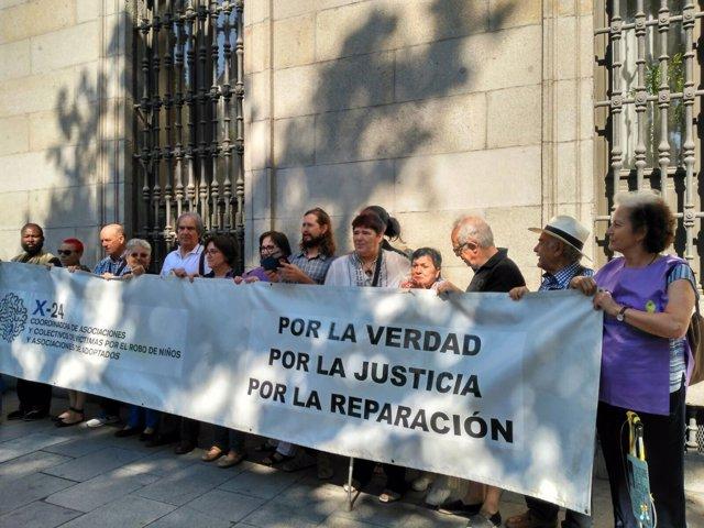 Entrega de firmas de Ascensión López, supuesta bebé robada condenada