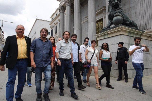 Pablo Iglesias recibe al colectivo de taxistas en la Puerta de los Leones