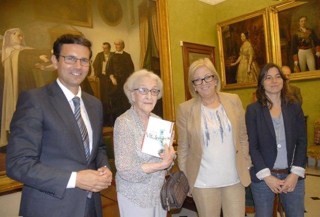 Ida Vitale ha sido recibida en el Ayuntamiento de Granada por Francisco Cuenca