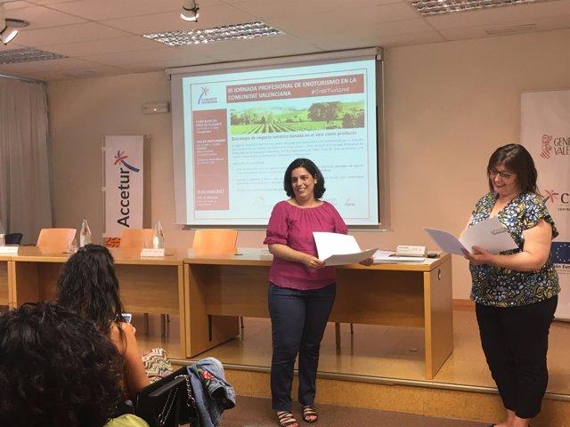 Raquel Huete hace entrega de uno de los diplomas