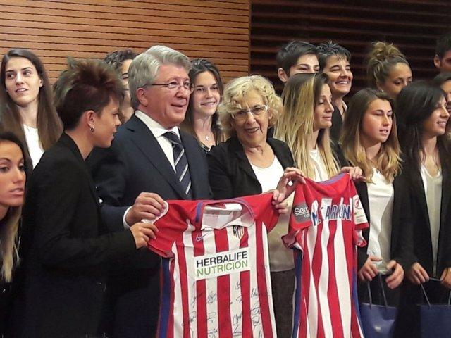 Carmena con las jugadoras del Atlético de Madrid Femenino