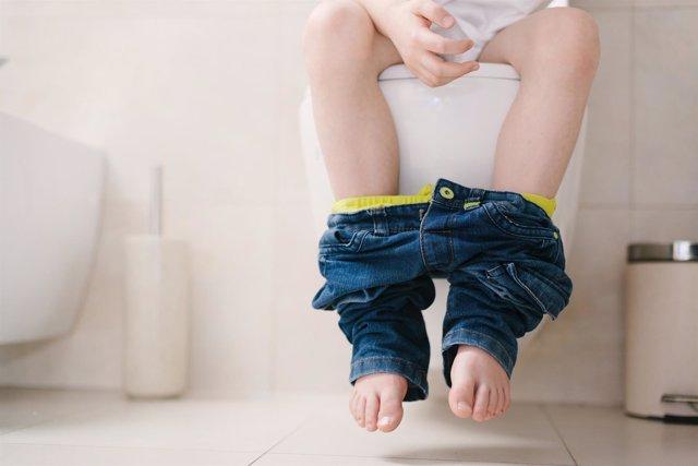 Enuresis. Niño haciendo pis. Niño sentado en un water. Diarrea. Estreñimiento