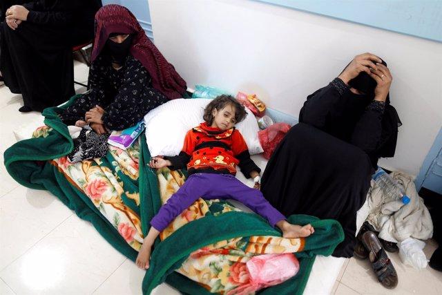 Una niña enferma con cólera en un hospital en Saná