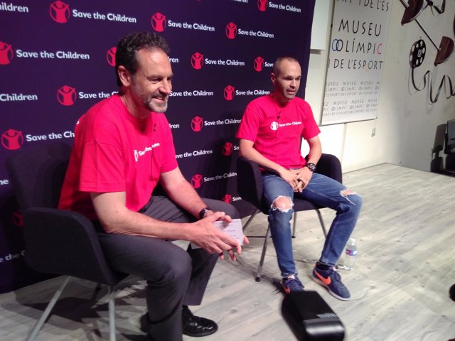 El director general de Save the Children Andrés Conde con Andrés Iniesta