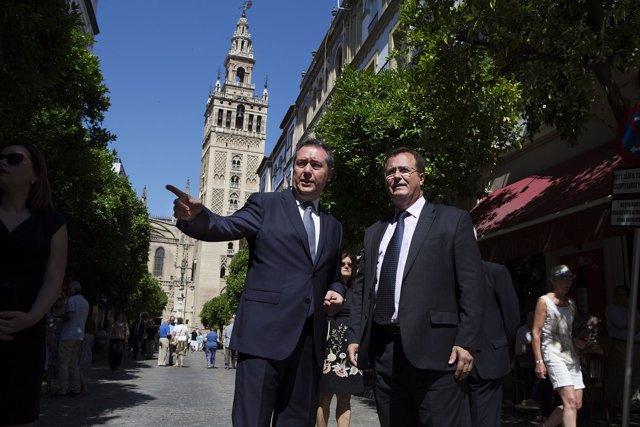 El alcalde de Sevilla, Juan Espadas, visita la calle Mateos Gago