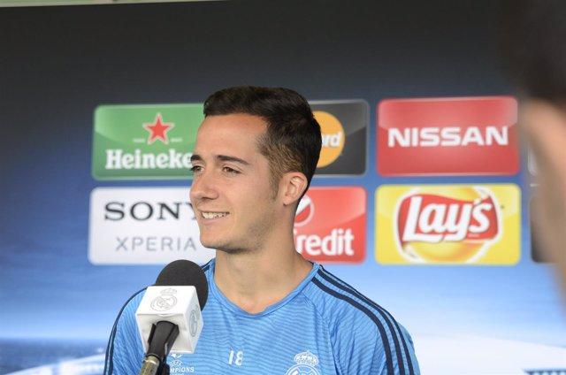 Lucas Vázquez en la zona mixta del Open Media Day del Real Madrid