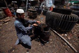 Varios manifestantes prenden neumáticos en Pakistán en protesta por los cortes de energía durante el Ramadán