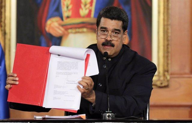 Nicolas Maduro con el decreto de convocatoria de la Constituyente