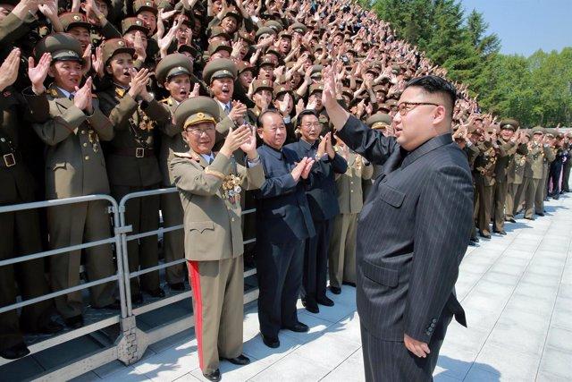 El líder norcoreano, Kim Jong Un, saludando a científicos