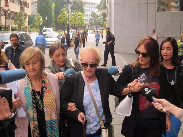 Familia de José Angel Fernandez Villa a la salida del juzgado Operación Hulla