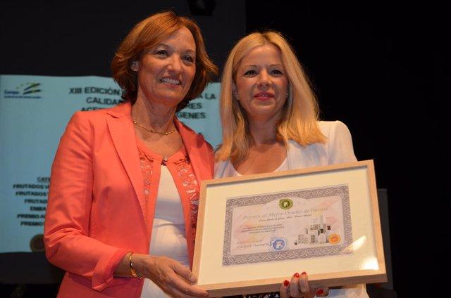 La responsable de tiendas de Grupo Abades, Fany Garrido, recogiendo el premio.